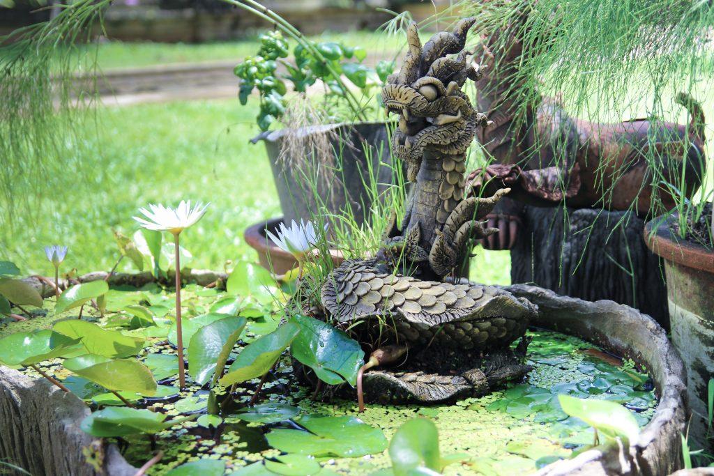 statua di dragone in pietra thailandese