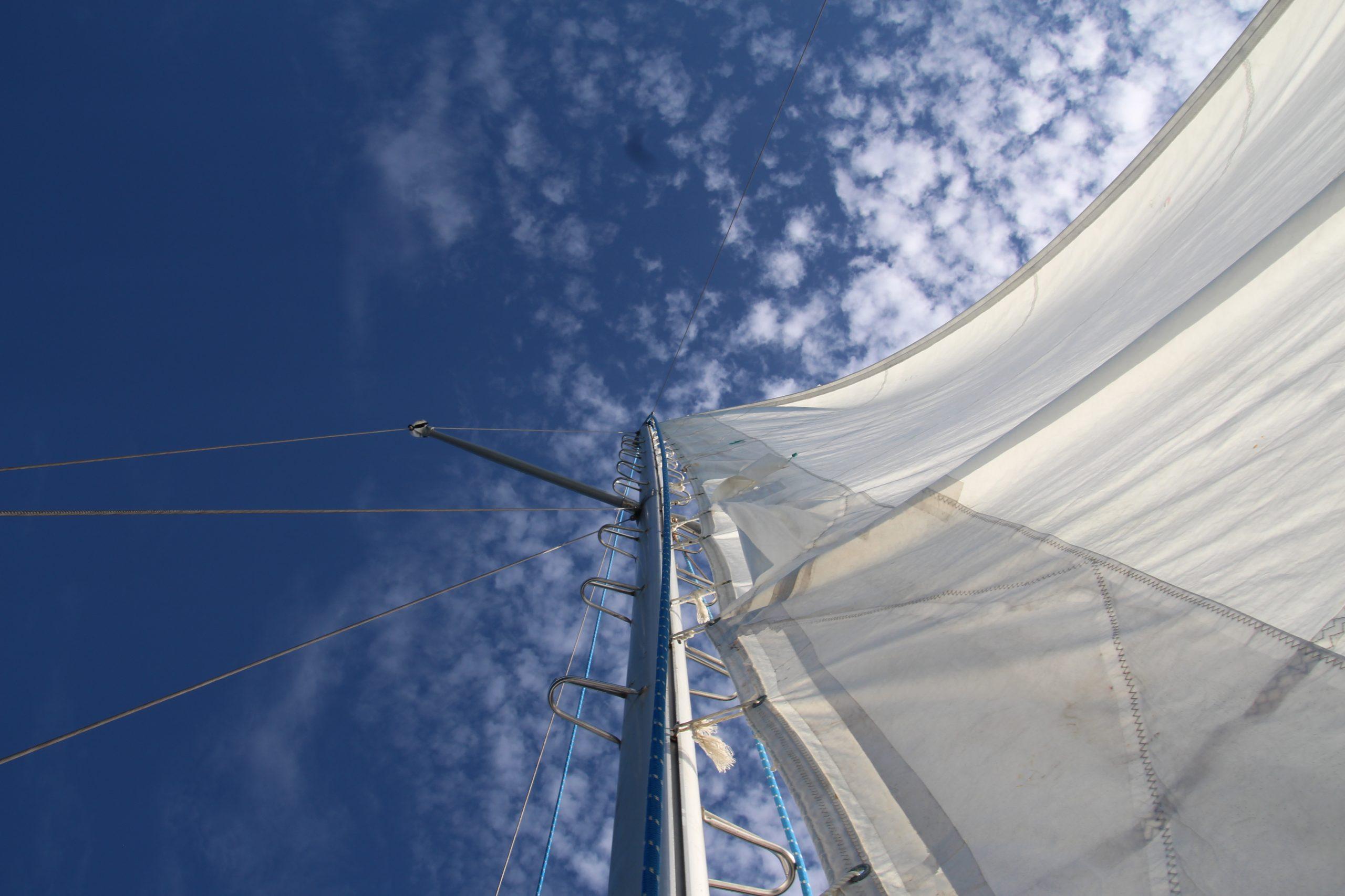 cielo blu e vela bianca al vento